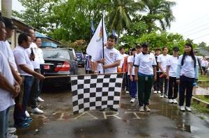 Bupati Bengkayang, Suryadman Gidot, S.Pd melepas acara jalan sehat.
