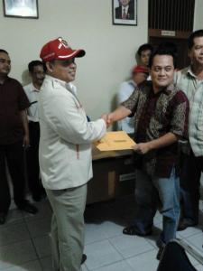 Fransiskus, S.Pd (menggunakan topi) dan Tarmizi, Anggota KPU Bengkayang