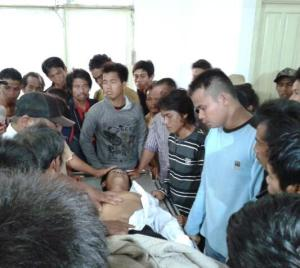 Pihak Keluarga Iyos saat menjemputnya dari RSUD Pemangkat