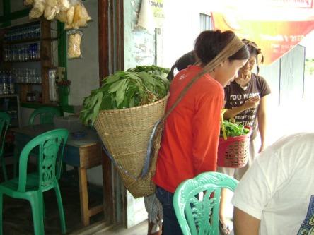 Masyarakat Menjual Hasil Pertanian Mereka Dari Rumah ke Rumah