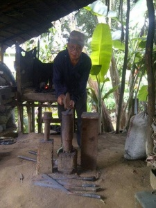 Kateon (58), Pandai Besi dari Kecamatan Teriak