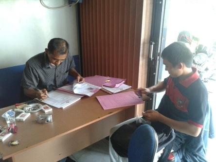 Seorang Pendaftar Anggota Panwas Kecamatan menyerahkan berkas. Pemilu 2014