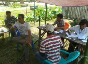 Petugas KPPS sedang menanti warga untuk menggunakan Hak Pilih pada Pilkades Tiga Berkat, Kecamatan Lumar