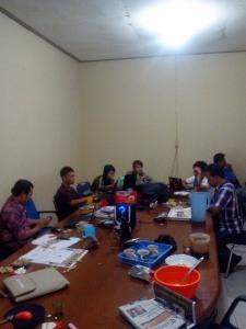 Guna mendapatkan data pemilih yang benar-benar valid, Komisioner KPU Bengkayang bersama PPK Kecamatan terdekat rela bekerja hingga dini hari.
