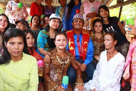 Bupati Bengkayang bersama Istri berfoto bersama warga Sejarik Baya.