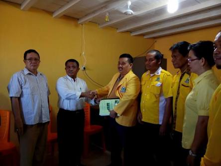 Suryadman Gidot, M.Pd mengembalikan berkas di Sekretariat DPD II Golkar Bengkayang
